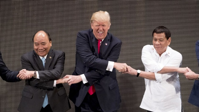 Donald Trump struggles with group handshake at ASEAN summit