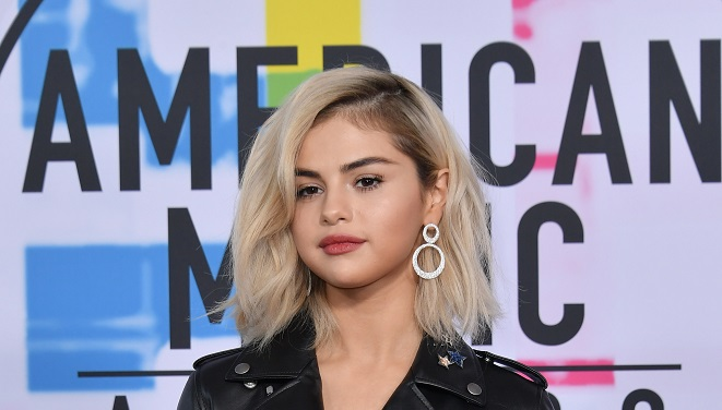 Selena Gomez debuts blond hair at American Music Awards for first performance of 2017