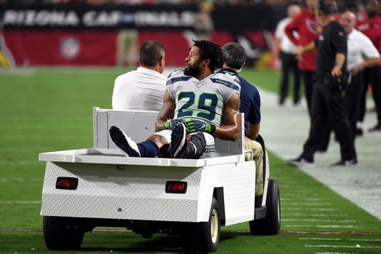 Earl Thomas gives middle finger toward Seahawks sideline after leg injury