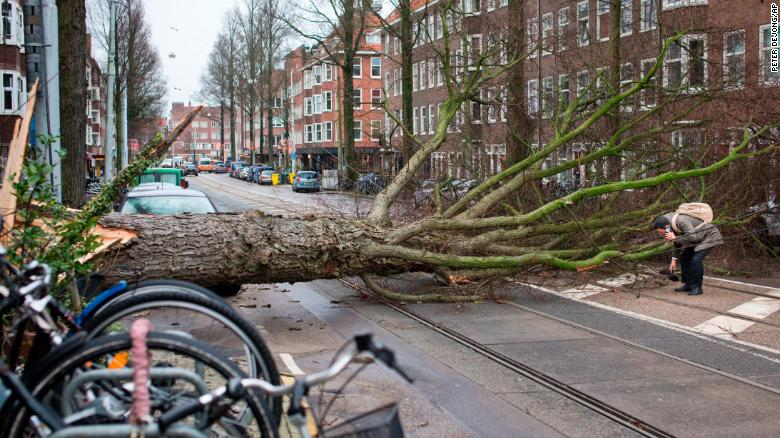 Powerful storm kills 6 in Europe