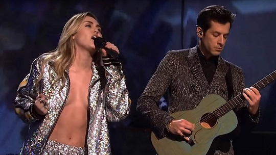 Miley Cyrus risks wardrobe malfunction on 'SNL'
