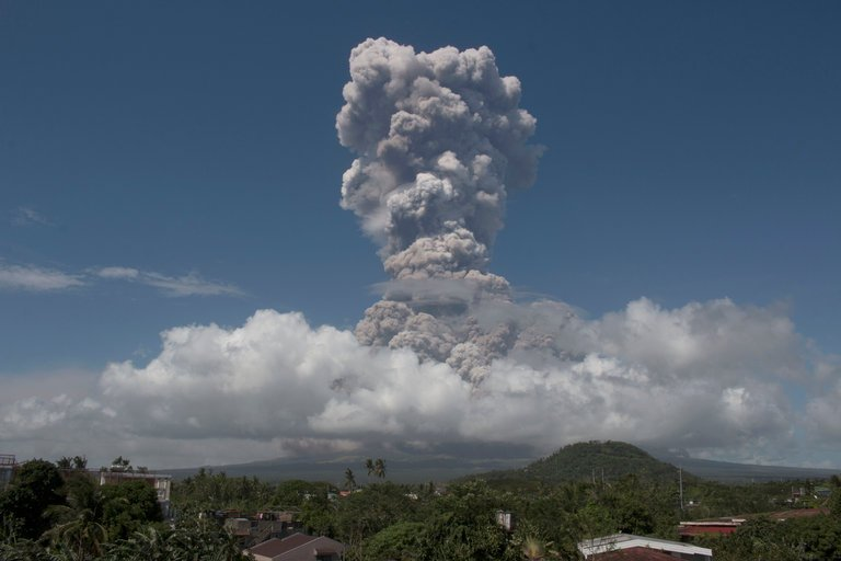 Philippines Raises Alert Level as Mayon Volcano Eruption Intensifies