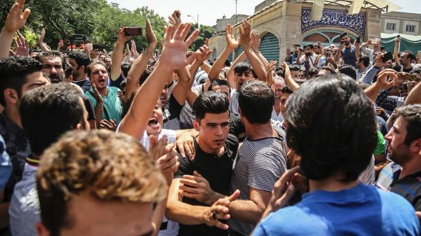 Protesters swarm Irans Grand Bazaar in Tehran, force shops to close in anger over economy