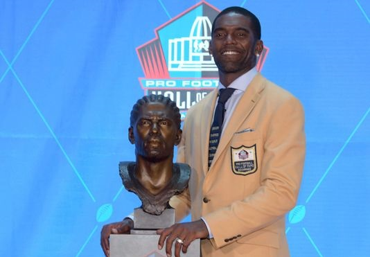 Randy Moss wears tie during Hall of Fame speech as tribute to slain African-Americans