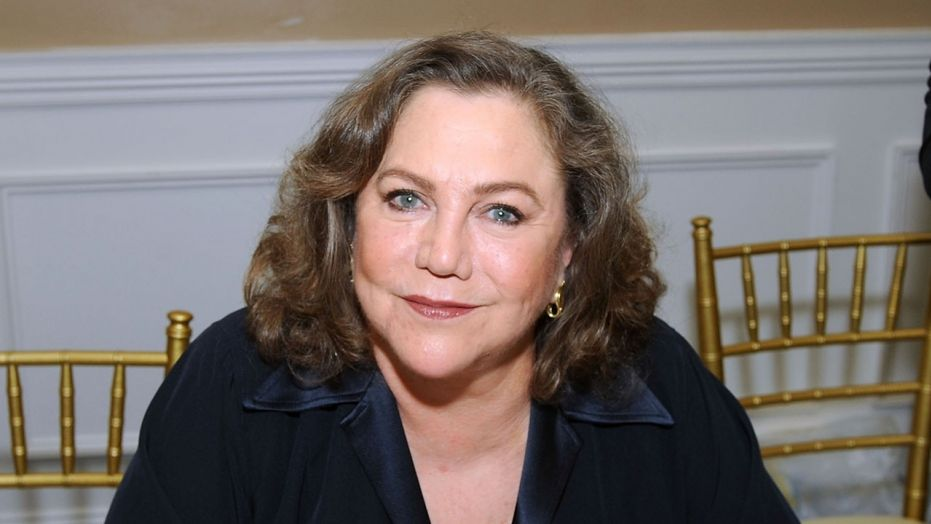 Kathleen Turner discusses Trumps gross handshake, Elizabeth Taylors awful voice in tell-all interview