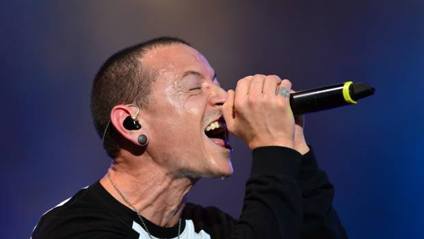 Linkin Park lead tributes to late singer Chester Bennington