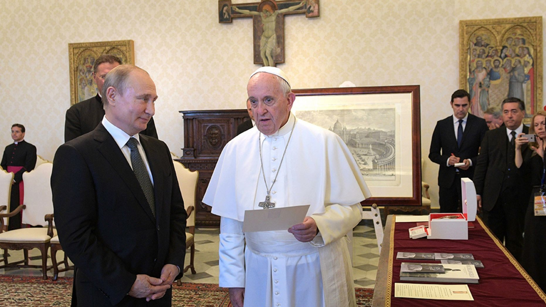Pope Francis and Putin meet at Vatican, discuss Syria, Ukraine
