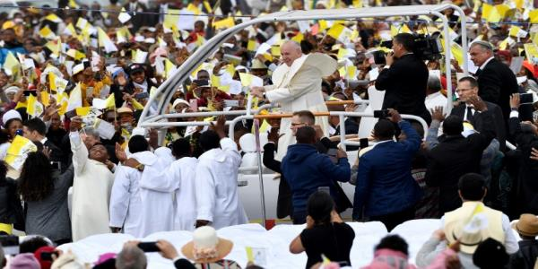 Hundreds of thousands turn out for Pope Francis Madagascar mass