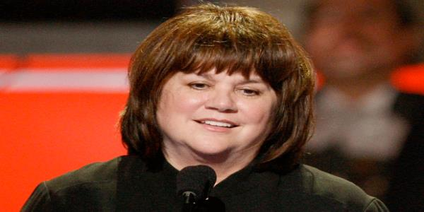 Linda Ronstadt Needles Secretary of State Mike Pompeo for 'Enabling Donald Trump' – To His Face