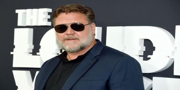 Russell Crowe shares urgent climate change message during Golden Globes