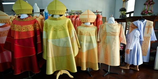 Thai convent weaves beautiful robes for Pope Francis visit
