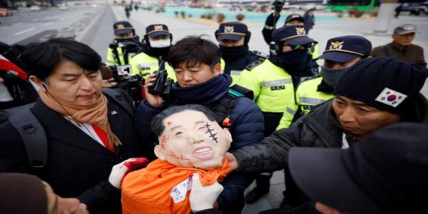 South Korean protesters destroy portraits of U.S. ambassador