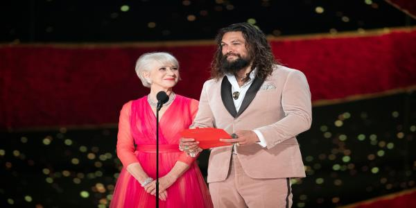 Helen Mirren Once Took A Secret Photo Of Jason Momoa, Proving Shes A Fangirl Like Us