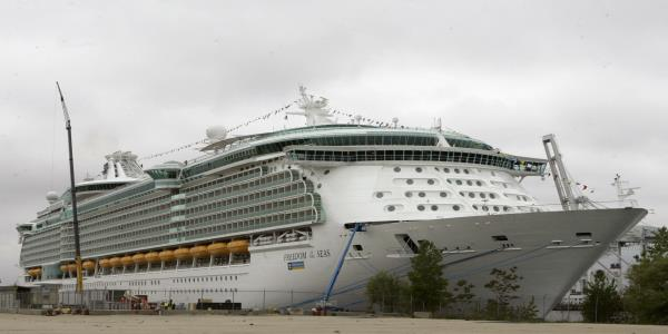 Girls family: Impossible to lean from cruise ship window